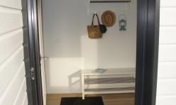 un vestibule pour aller de la cour au salon de cette maison de charme à louer meublée sur Annappes