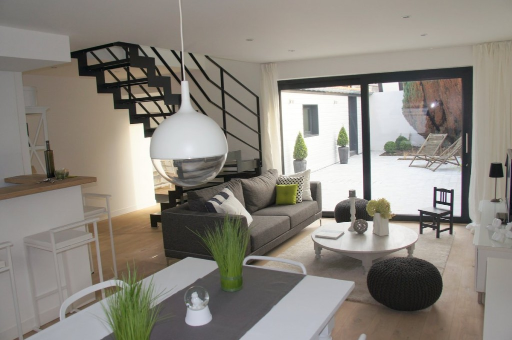 une pi ce vivre agr able dans cette location meubl e. Black Bedroom Furniture Sets. Home Design Ideas