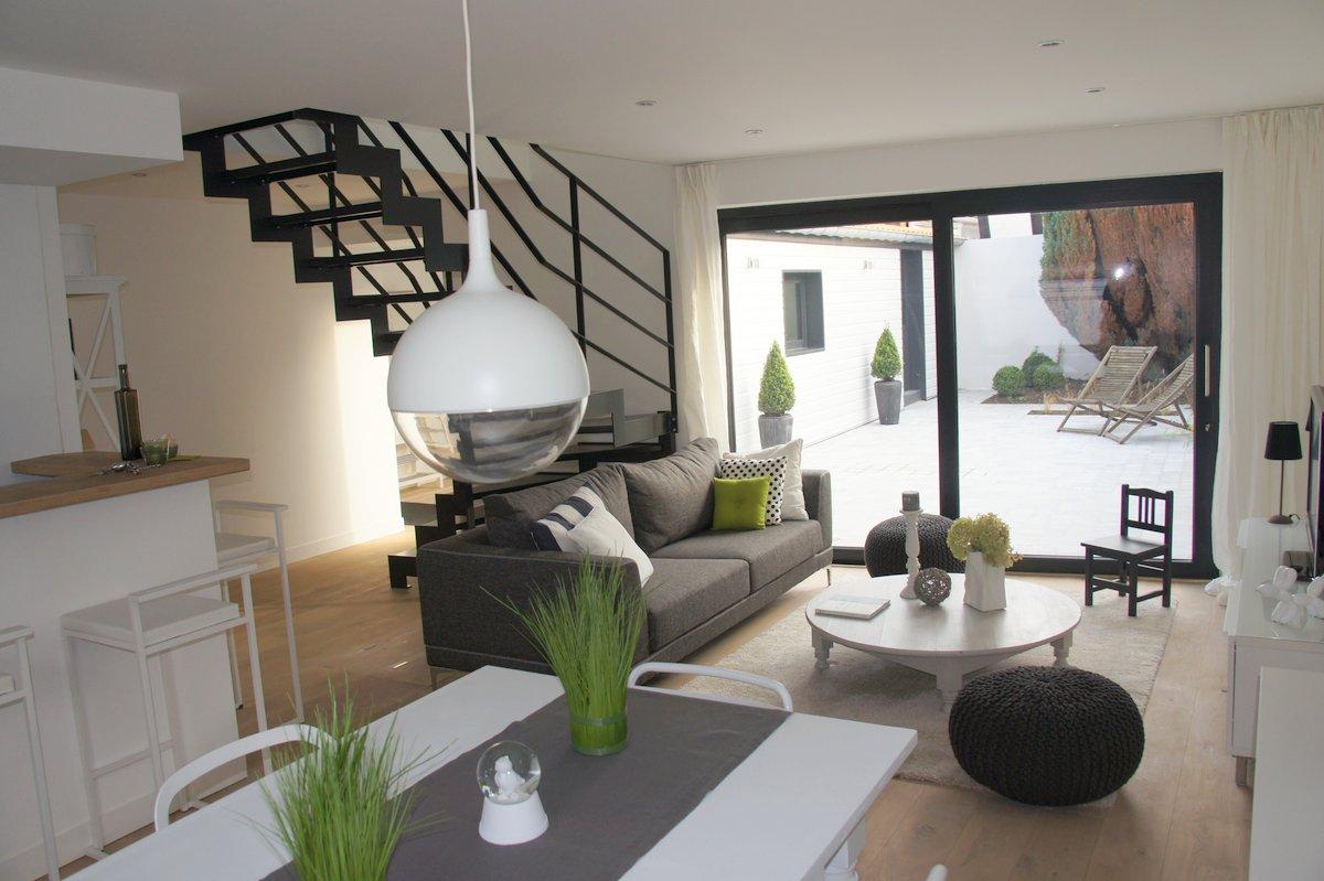 une pièce à vivre agréable dans cette location meublée ...